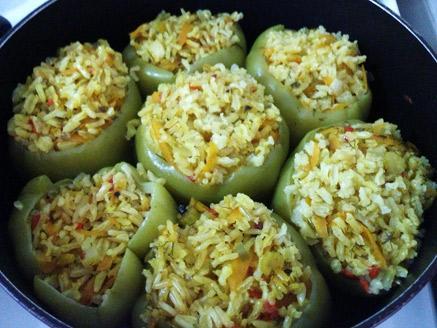 פלפלים ממולאים באורז מלא וירקות