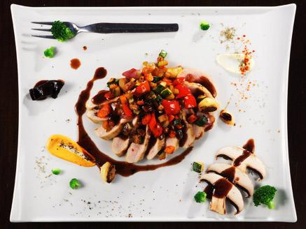מניפת חזה עוף עם ירקות וציר בקר