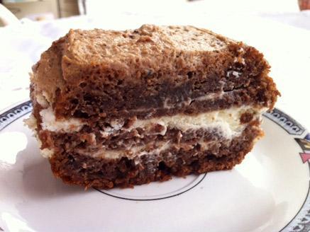 עוגת שוקולד ללא גלוטן עם שלוש שכבות