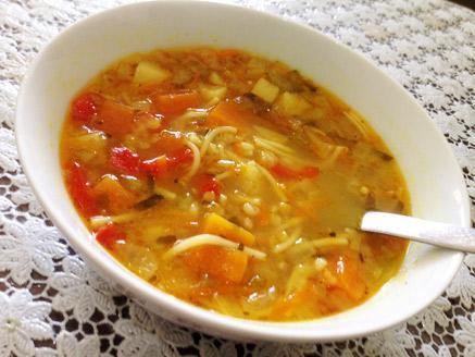 מרק ירקות עם גריסים ועדשים כתומות