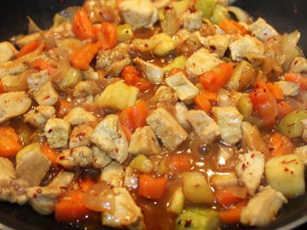 קוביות חזה עוף מוקפצות עם ירקות