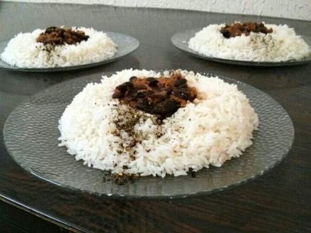 צ`ילי קון קרנה על מצע אורז לבן