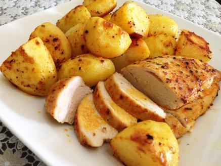 חזה עוף שלם ותפוחי אדמה בתנור