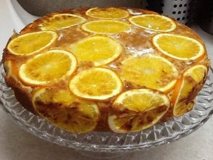 עוגת תפוז מקושטת בפרוסות תפוזים