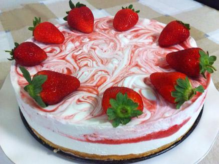 עוגת שיש שמנת ותותים