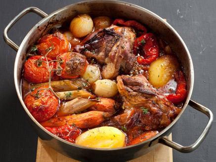 קדרת בשר טלה בירקות שורש ויין אדום