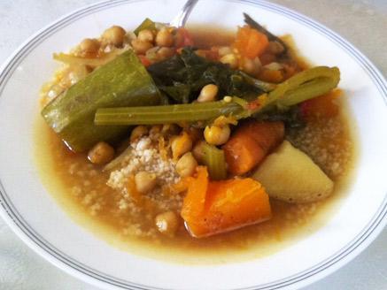 קוסקוס מלא עם מרק עשיר בירקות