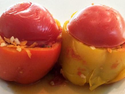 פלפלים ממולאים צמחוניים ברוטב עגבניות