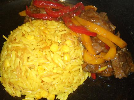 רצועות אנטריקוט ופלפלים עם אורז צהוב