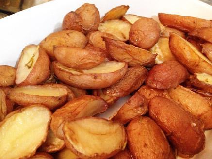 תפוחי אדמה עם קליפה בתנור