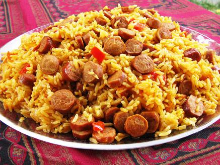 אורז עם נקניקיות