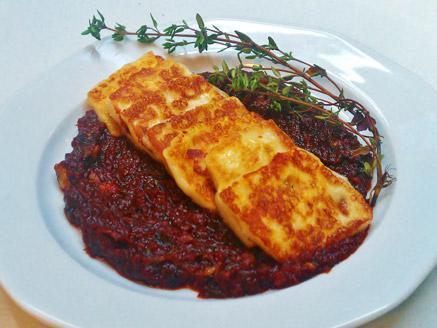 גבינת חלומי מטוגנת על מצע עגבניות מיובשות