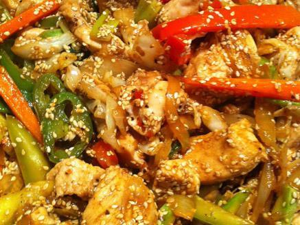 מוקפץ סיני עם חזה עוף וירקות