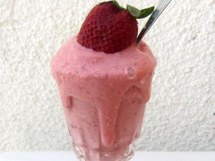 גלידת תות שדה טבעונית