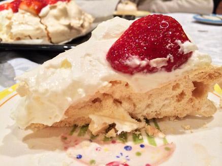 עוגת פבלובה ביתית עם קצפת ופירות