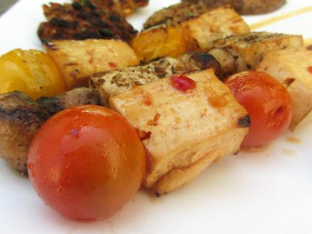 שיפודי טופו ועגבניות שרי במרינדה פיקנטית