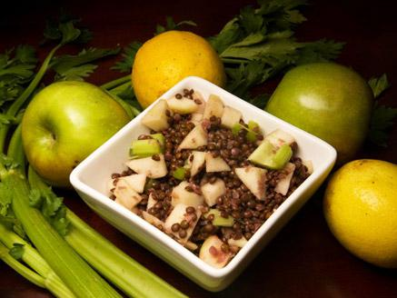 סלט עדשים שחורות קר עם תפוחי עץ וסלרי