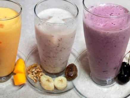 שייקי פירות עם בננה, מנגו ודובדבן