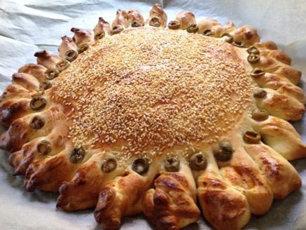 מאפה שמרים במילוי גבינות ופלפלים קלויים