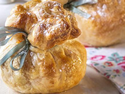 שקיקי בצק עלים במילוי גבינה ופירות יער