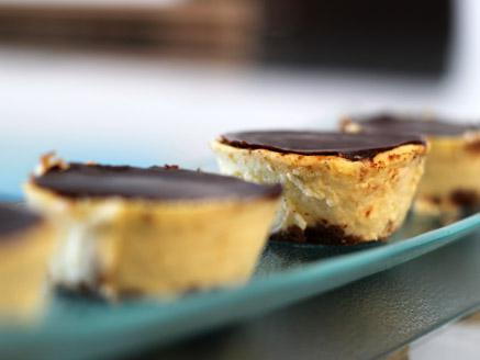 מיני עוגות גבינה מצופות שוקולד