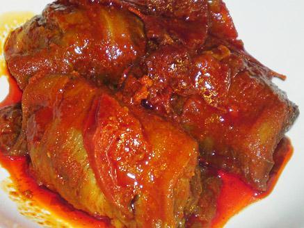 גלילות חצילים במילוי בשר וברוטב אדום