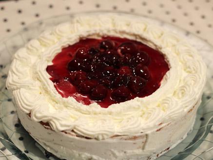 עוגת גבינה עם דובדבנים, קצפת ותחתית שוקולד