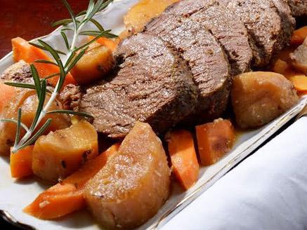 צלי בקר עם ירקות שורש