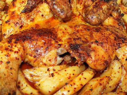עוף שלם בתנור עם תפוחי אדמה