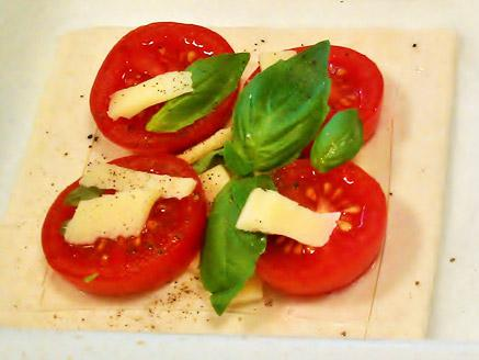 ריבועי בצק עלים עם עגבניות שרי וגאודה