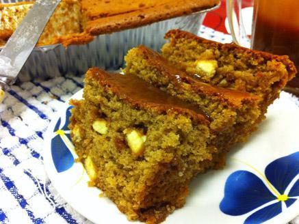 עוגת דבש עם שוקו-צ`יפס לבן ורוטב טופי-קרמל