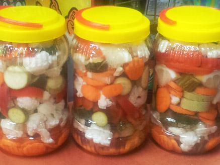 תערובת ירקות כבושים בסגנון ביתי