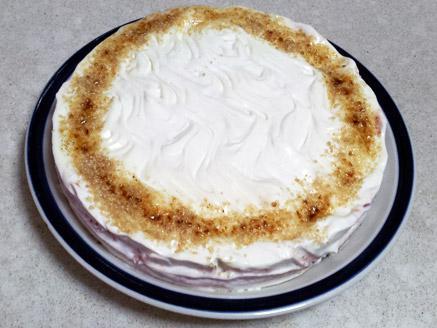 עוגת מוס גבינה עם רוטב שזיפים