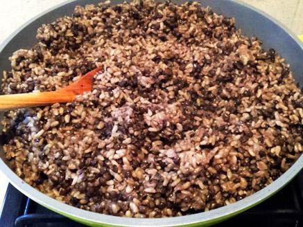 מג`דרה מאורז מלא עגול ועדשים שחורות