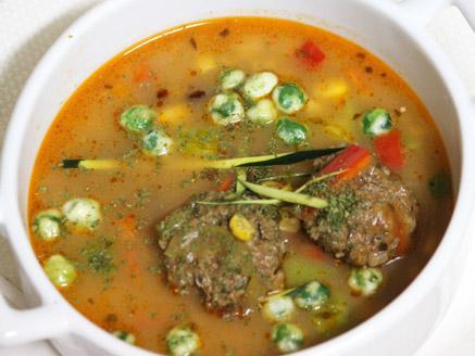 מרק ירקות עם כדורי בשר