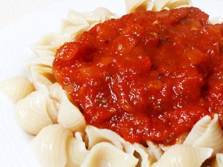 אטריות אורז חום מלא ברוטב עגבניות