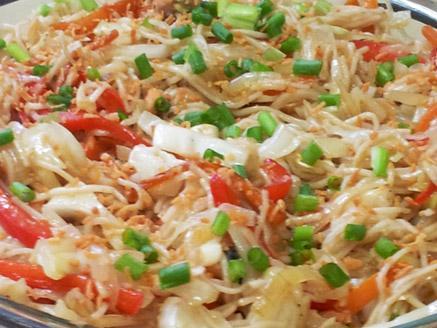 מוקפץ אטריות אורז עם חזה עוף
