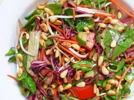סלט עלי בייבי וירקות צבעוני, טעים ובריא
