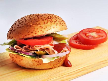 כריך פסטרמה בלחמניית המבורגר