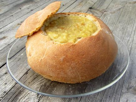 מרק עדשים כתומות טבעוני בקערת לחם