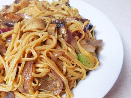 אטריות אורז עם דלעת וג`ינג`ר בליווי ירקות