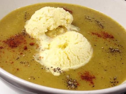 מרק ירקות טחון עם נגיעה של גלידת וניל קרה