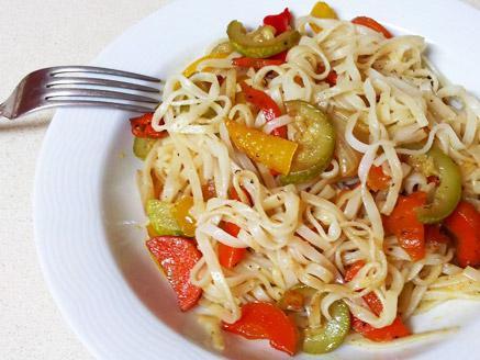 אטריות אורז רחבות מוקפצות עם ירקות