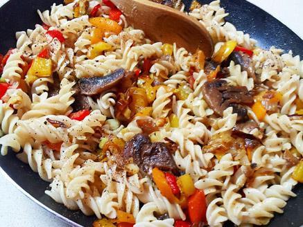 אטריות אורז חום מסולסלות (פוזילי) עם ירקות