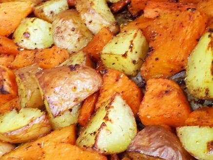 ירקות כתומים ותפוחי אדמה אפויים בתנור