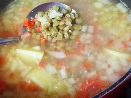 מרק אפונה עם עדשים כתומות וירקות