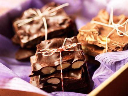 חטיפי שוקולד מריר עם שקדים
