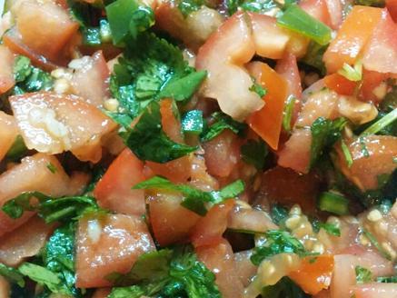 סלט עגבניות חריף עם כוסברה ושום