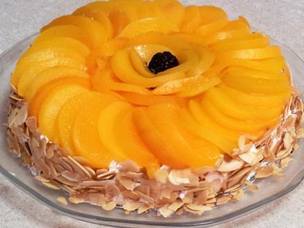 עוגת מרנג עם אפרסקים ושקדים