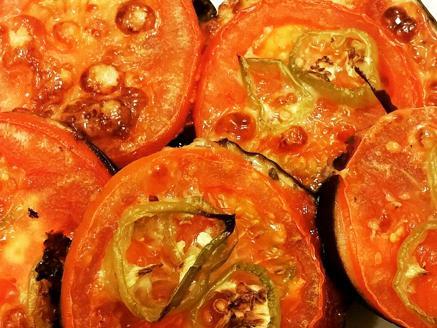 מעדן חצילים בתנור עם עגבניה וגבינה צהובה